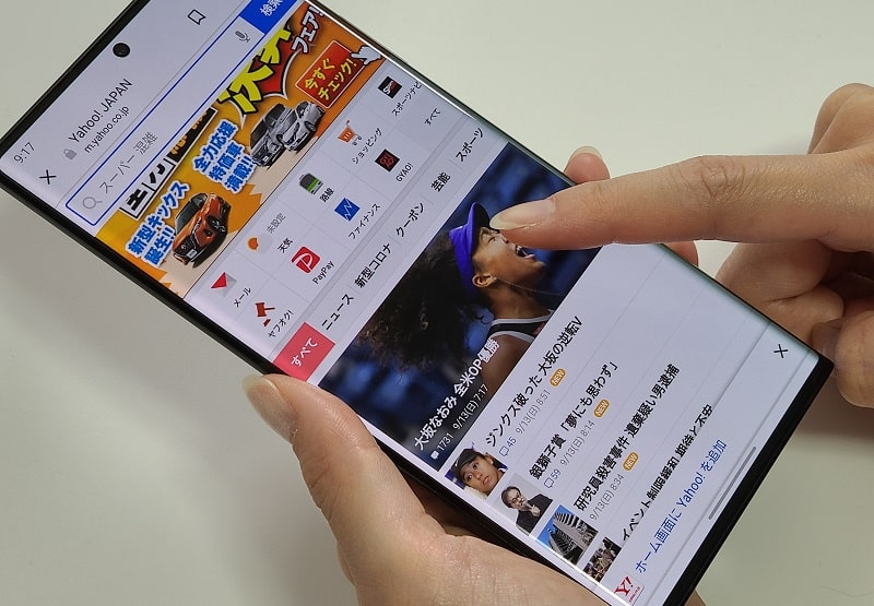 Galaxy Note20 Ultraを操作している様子