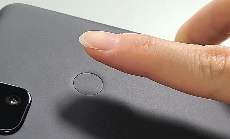 Google Pixel 4aの指紋認証の様子