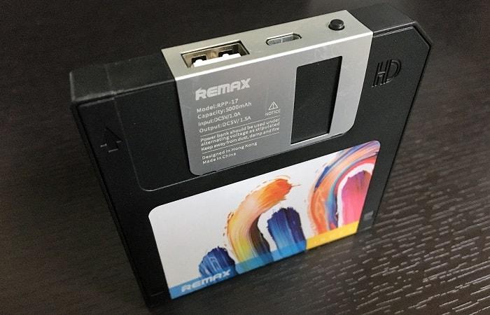 フロッピーディスクの形をした薄型モバイルバッテリー「FLOPPY DISK」をレビュー!