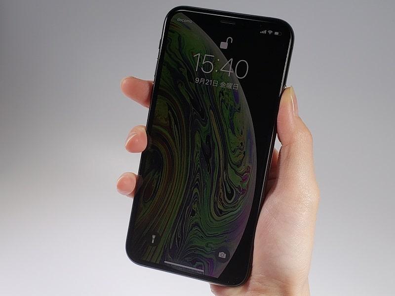 iPhone XSを持っている様子