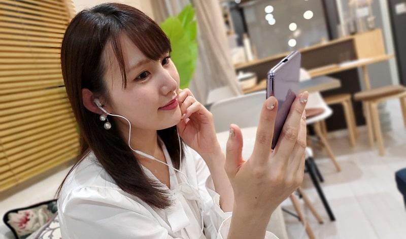 Xperia Ace SO-02Lで音楽を聴いている様子