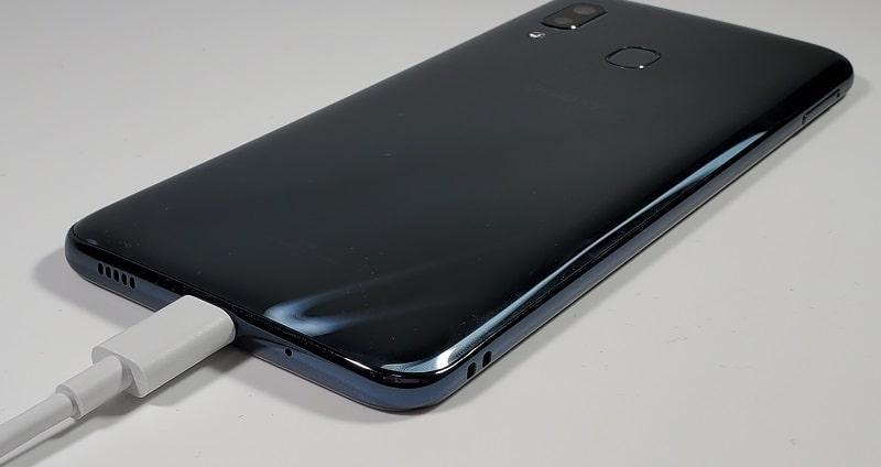 Galaxy A30を充電している様子
