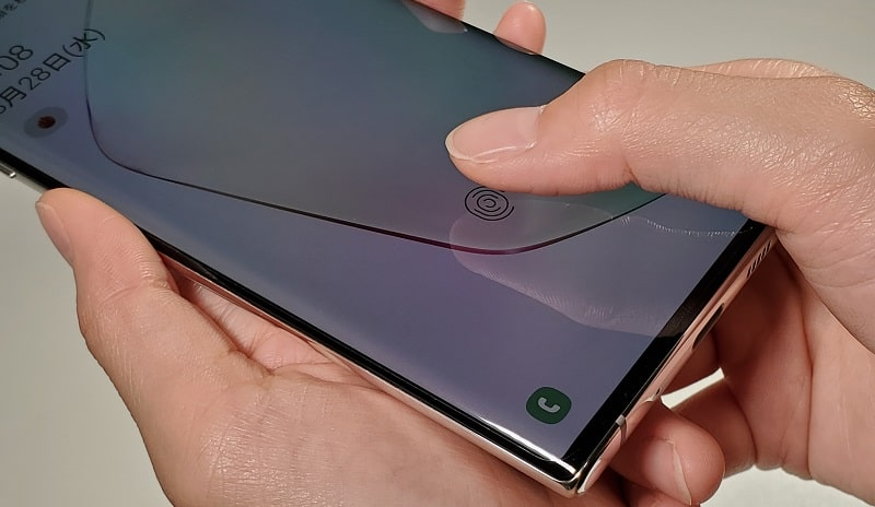 Galaxy Note10で指紋認証している様子