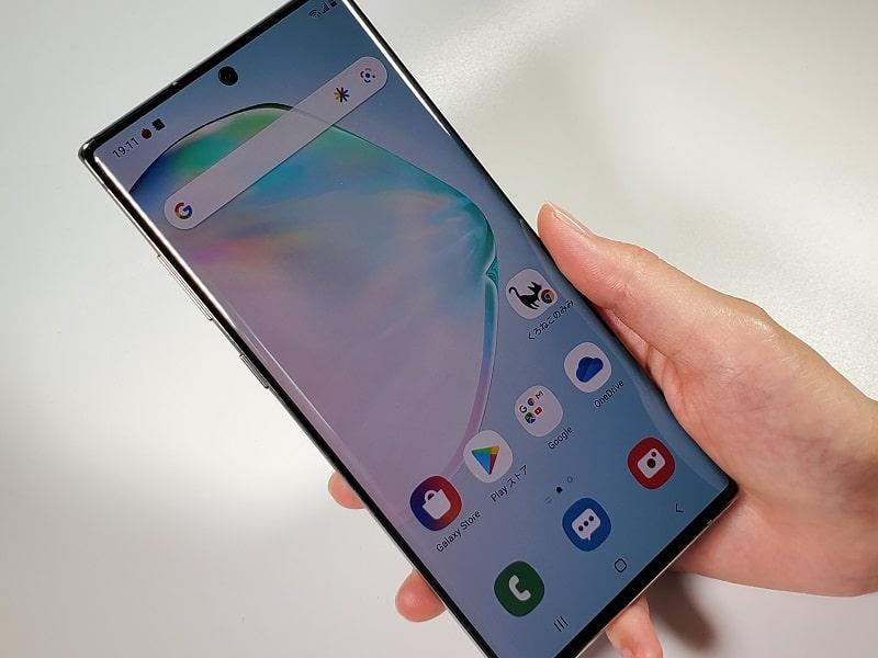 Galaxy Note10+を持っている様子