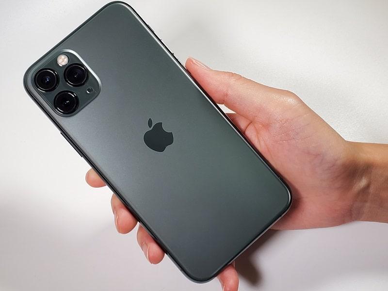 iPhone 11 Proを持っている様子