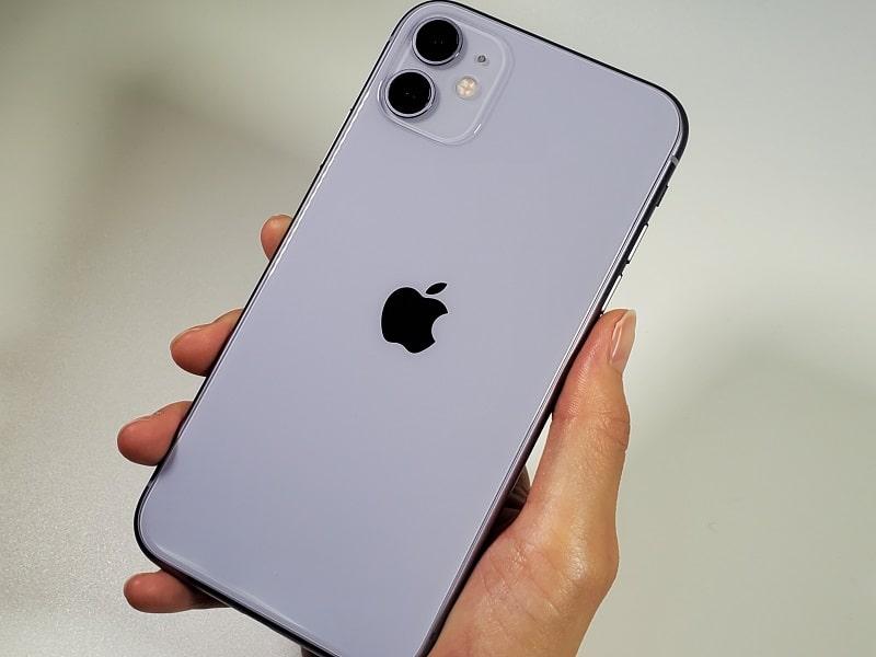 iPhone 11を持っている様子