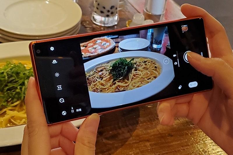 Xperia 8 のカメラで撮影している様子