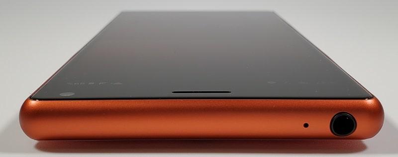 Xperia 8の上部デザイン