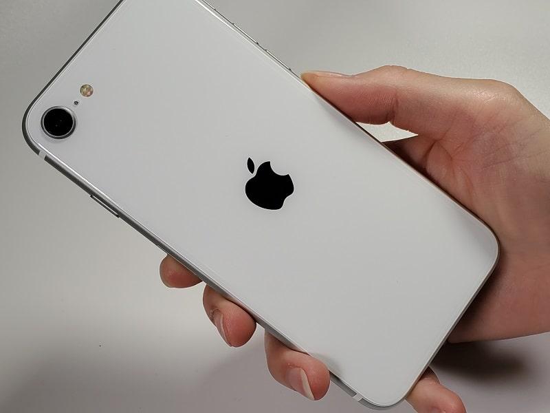 iPhone SE(第2世代)を持っている様子