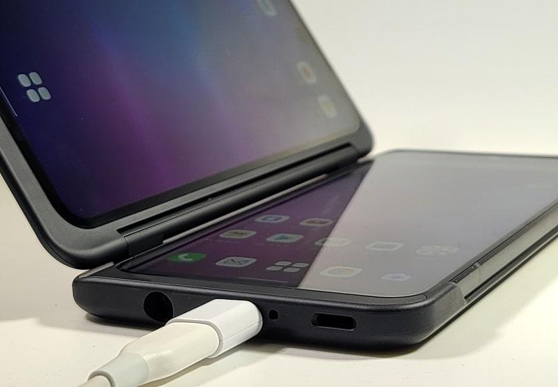 LG V60 ThinQ 5Gを充電している様子