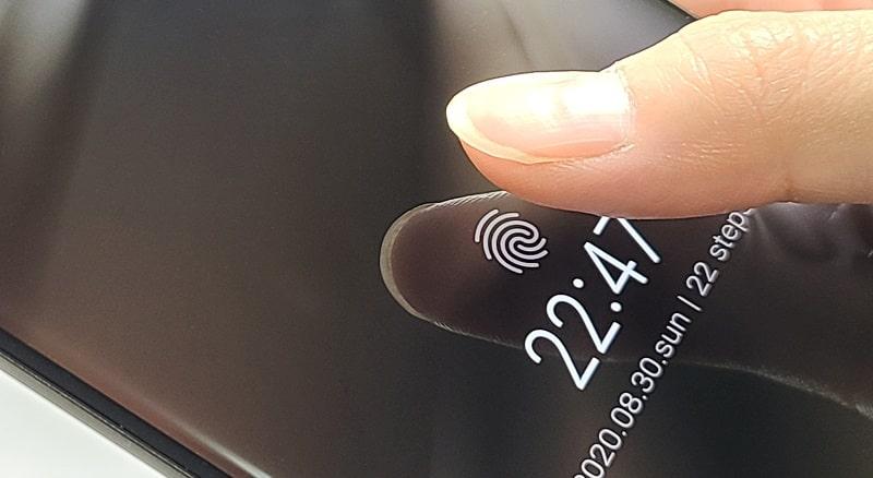 arrows 5Gの指紋認証の様子
